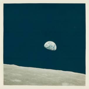 """La exhibición, titulada """"For All Mankind: Vintage NASA Photographs 1964-1983"""" contiene fotografías tomadas por hombres, mujeres y máquinas por un período de cerca de 20 años. Esta imagen fue registrada en un viaje del Gemini 4, en junio de1965, en el que viajaban James McDivitt y Ed White."""
