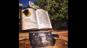 Escultura de libro abierto