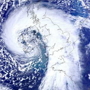 狂風暴雨侵襲英國
