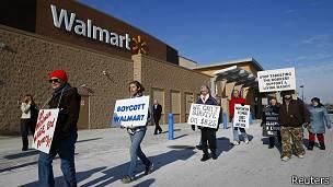 Protesta frente a Walmart
