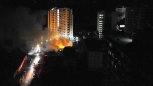 Edificio en llamas. Foto: Reuters