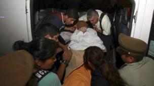 Ancianos trasladados en sillas de ruedas. Foto: AFP