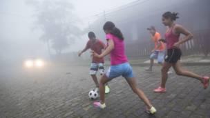 Adolescentes de ambos sexos juegan al fútbol en una localidad del interior de Sao Paulo