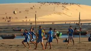 Durante nove meses, Caio Vilela percorreu os 26 Estados e o Distrito Federal para capturar a paixão nacional pelo futebol de rua.