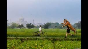 Goldstein y un niño local cerca del Taj Mahal, en India