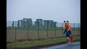 Goldstein entrenando cerca de Stonehenge