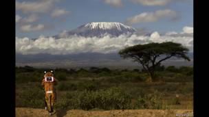 Goldstein con el Kilimanjaro de fondo