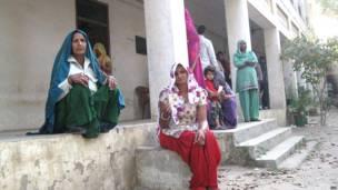 गुड़गांव में वोट डालने का इंतजार करती महिलाएं.