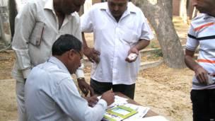 गुड़ागांव में मतदान की औपचारिकताएं पूरी करते मतदाता.