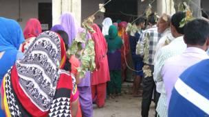 गुड़गांव के एक मतदान केंद्र पर वोट डालने के लिए लाइन लगाए मतदाता.