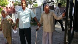 करनाल में मतदान के लिए जाते बुज़ुर्ग