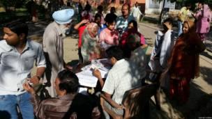 करनाल में मतदान के पहले औपचारिकता पूरे करते अधिकारी