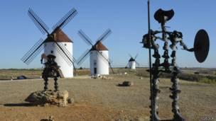 Escena de molinos de viento y esculturas de Don Quijote