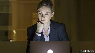 Mujer usando computadora.
