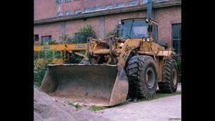 Escondido en la ciudad- Excavadora. Liu Bolin