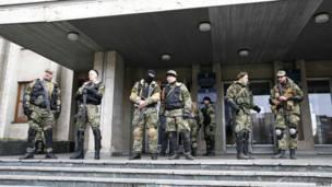 Hombres armados prorrusos montan guardia en las afueras de la oficina del alcalde de Slaviansk.