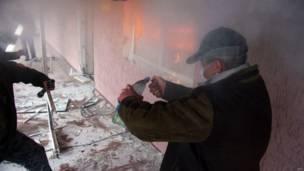 Un manifestante prorruso enciende un coctel molotov durante la incursión en la sede regional de la policía en la ciudad de Górlovka, al oriente de Ucrania, cerca de Donetsk.