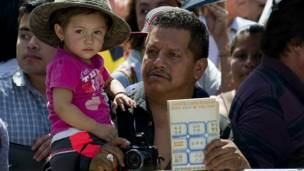 Hombre con niña y libro