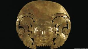 Diadema moche (100 – 800a.d.). Museo Larco, Lima. Foto de Joaquin Rubio. Exhibición Peruvian Gold: Ancient Treasures Unearthed.