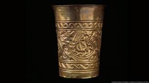 Vasija ceremonial de la cultura Sicán (750 – 1350 a.d.). Cortesía Museo del Banco Central de Reserva de Perú. Exhibición Peruvian Gold: Ancient Treasures Unearthed
