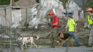 Trabajadores de rescate buscan víctimas