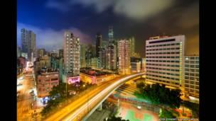 Una concurrida autopista conecta una parte del territorio con otra, atravesando las densas torres de Yau Ma Tei en Kowloon