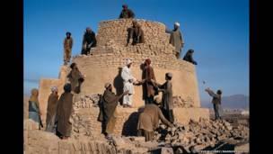 Reconstruyendo un horno, Kandahar, 1992. Steve McCurry/Magnum Photos