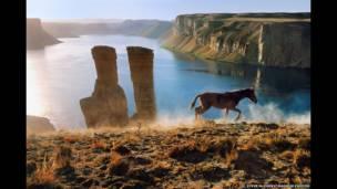 Caballo y dos torres, Band-e-Amir, 2002. Steve McCurry/Magnum Photos