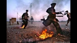 Jóvenes entrenándose para la guerra, 1984. Steve McCurry/Magnum Photos