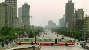 Dos autobuses son usados como barricadas en la avenida principal que desemboca en Tiananmen. 21 de mayo de 1989.AFP