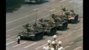 Un hombre solo se interpone al avance de una columna de tanques. 5 de junio de1989. AP.