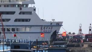 Tàu Trung Quốc đón công dân về nước