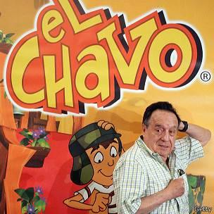 Chespirito, con un cartel de El Chavo de fondo