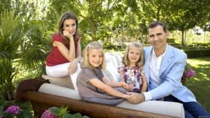 Príncipe de Asturias junto a su esposa y sus dos hijas