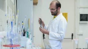 Francesco Sauro en el laboratorio