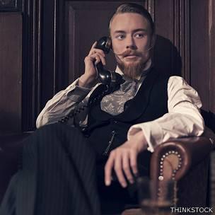 Hombre hablando por teléfono antiguo