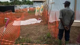 Equipo sanitario se prepara para mostrar el cuerpo a la familia. Sylvain Cherkaoui/Cosmos/MSF