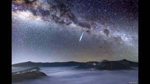 Lluvia de meteoritos sobre el monte Bromo. Foto Justin Ng.