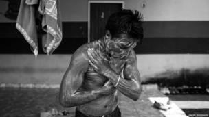 Poblador se da un baño (Daniel Rodrigues)