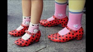Niñas y sus zapatos con pintitas