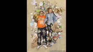 Sam y Jane rodeados de su basura de siete días, en Pasadena, California (EE.UU.).