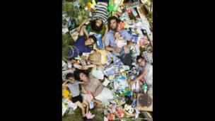 Joya, Santiniketa, Rabindranath, Chandramoha, Ben, Bodihisattba y Omjabarindra rodeados de su basura de siete días, en Pasadena, California (EE.UU.).