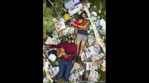 Elias, Jessica, Azal y Ri-karlo rodeados de su basura de siete días, en Pasadena, California (EE.UU.).
