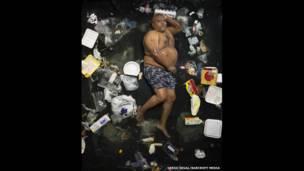 James rodeado de su basura de siete días, en Pasadena, California (EE.UU.).