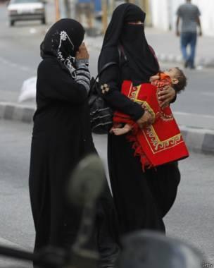 En la imagen, mujeres palestinas dejan su vecindario en Rafah, Gaza, en busca de un lugar más seguro tras la ofensiva terrestre de Israel. Crédito: Getty.