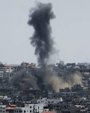 En la imagen, humo en la ciudad de Gaza este viernes, tras un ataque del ejército de Israel. Credito: AP.