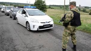 Un hombre vestido de militar detiene el tráfico en Grabove