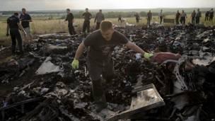 Un hombre busca restos de las víctimas entre los escombros