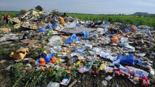 Flores y juguetes entre los escombros