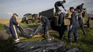 Rescatistas suben los restos de las víctimas a un camión